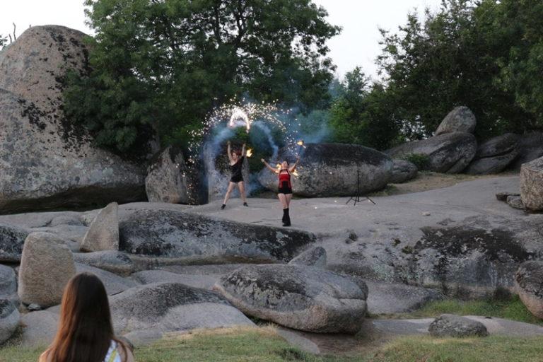 Огнено Шоу Дивинитас Тракийското скално светилище Беглик Таш